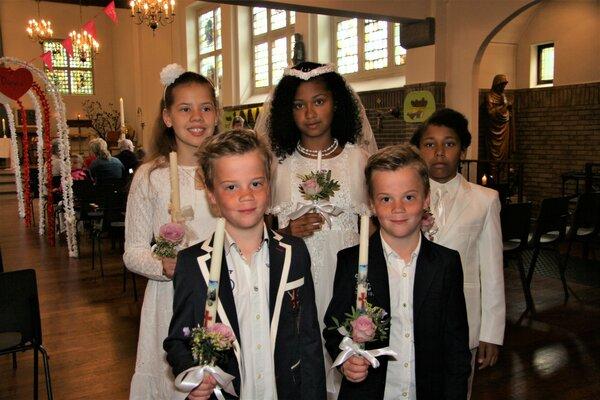 Vijf kinderen doen hun Eerste Communie